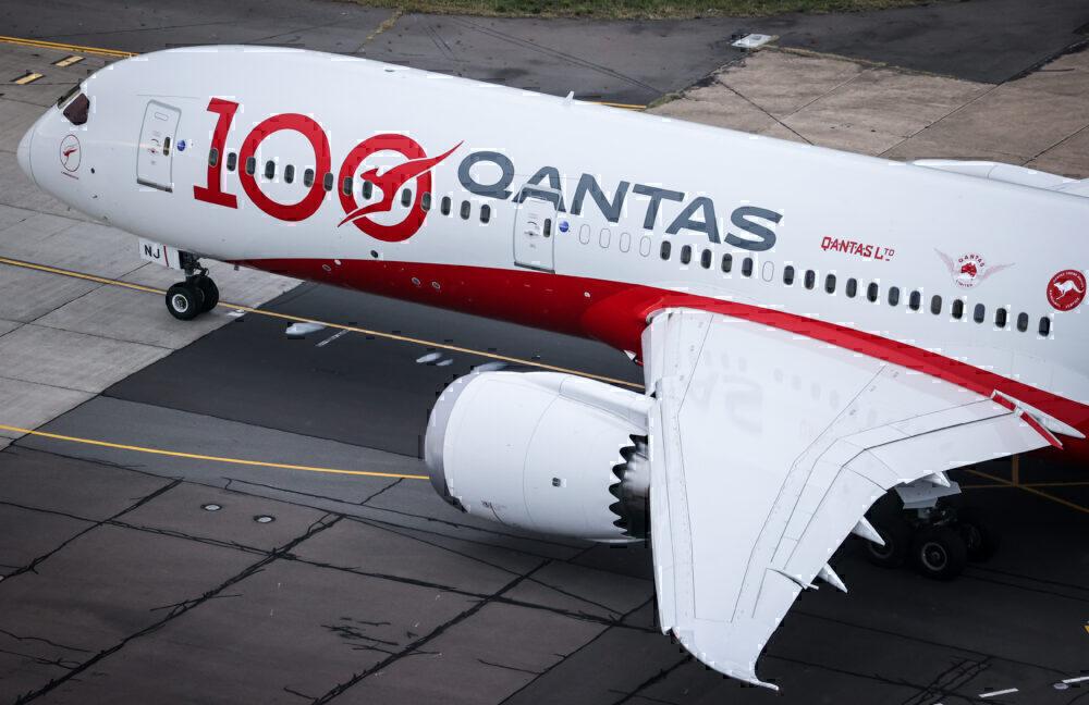 Qantas-boeing-787-sydney-Harbor