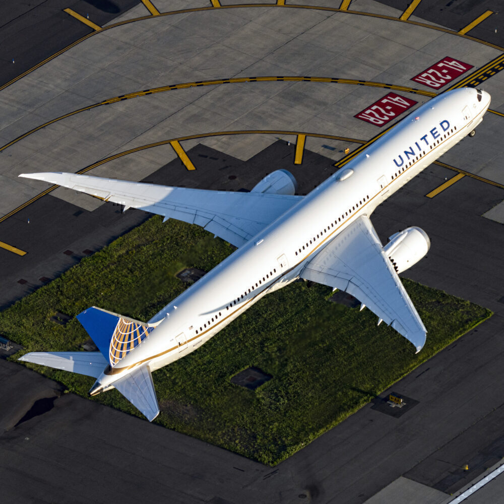 United Airlines Boeing 787-10 Dreamliner N12006