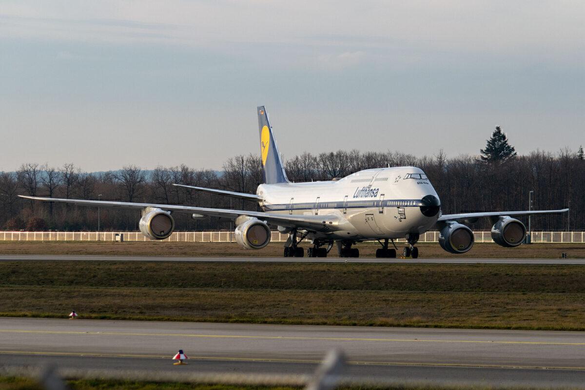 Lufthansa, Boeing 747-8, Runway Parking