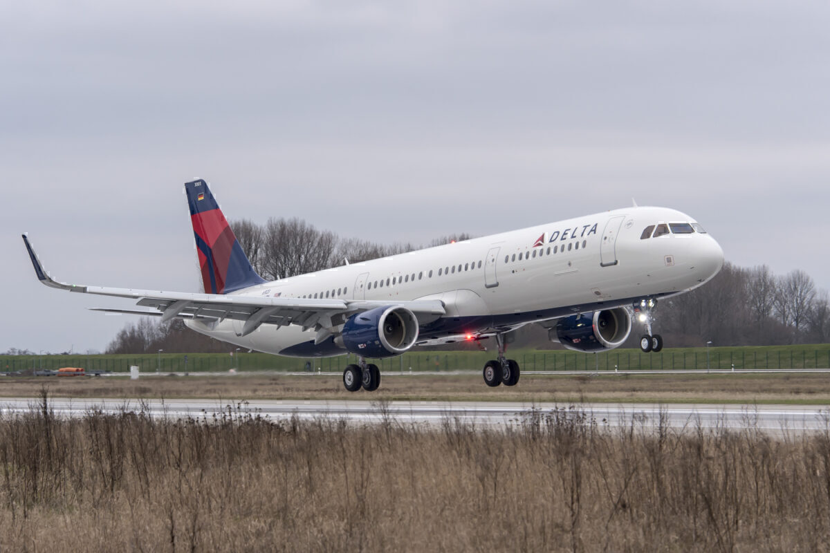 Delta Passengers Leave Taxiing Airbus A321 Via Slide