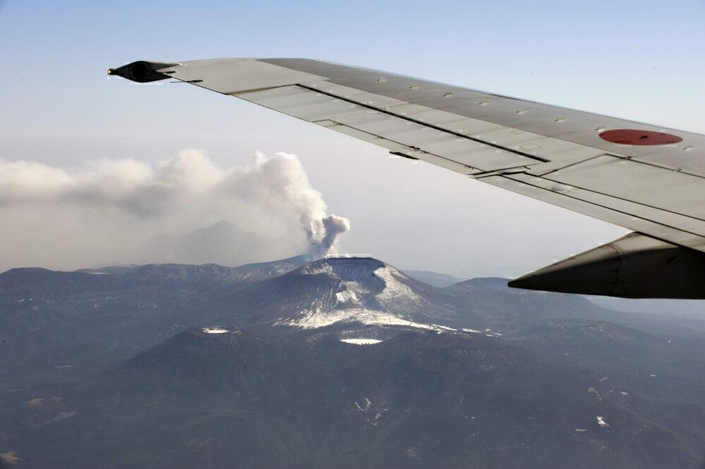 Pesawat melewati gunung berapi