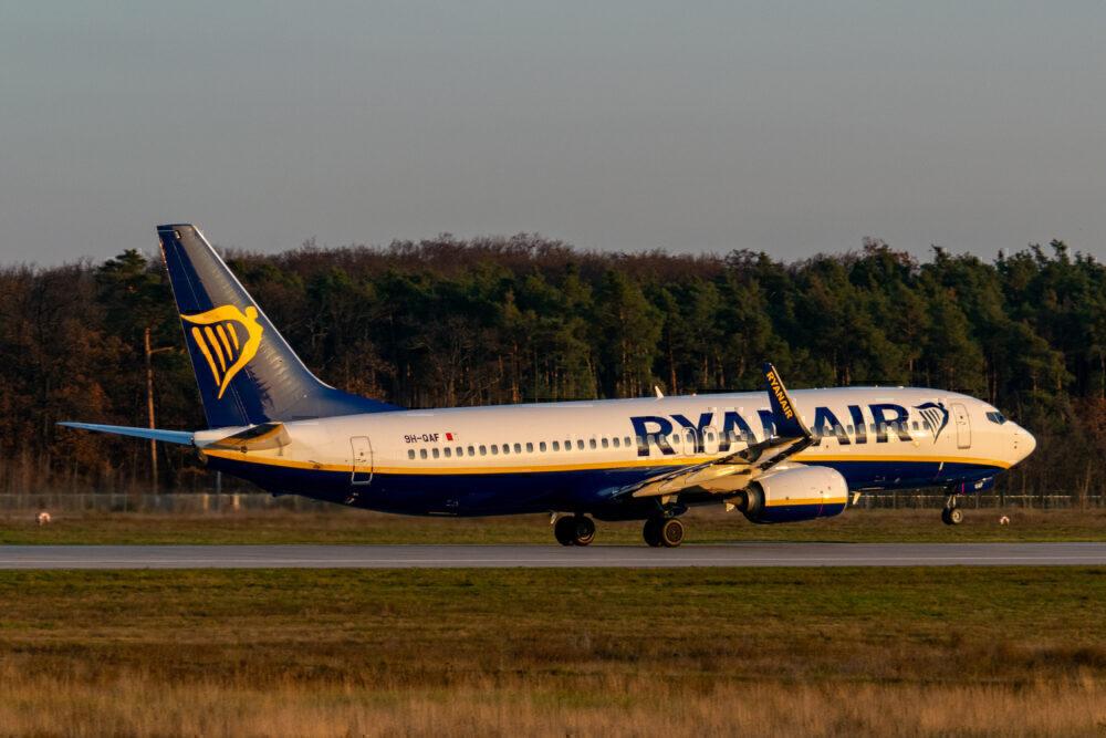 Ryanair 737 Taking Off