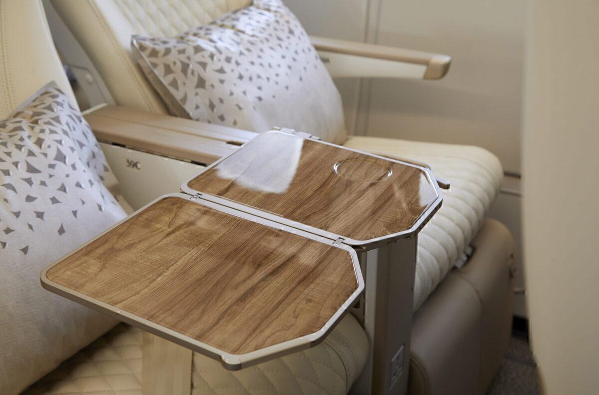 Meja efek kayu memanjang dari sandaran tangan.