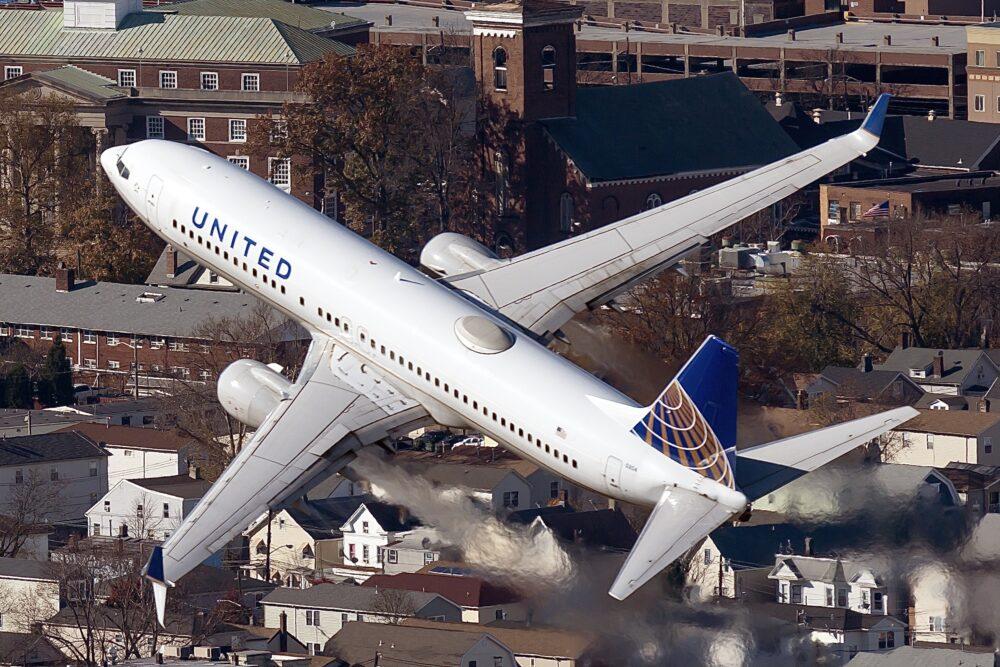 United Airlines Boeing 737-824 N35204