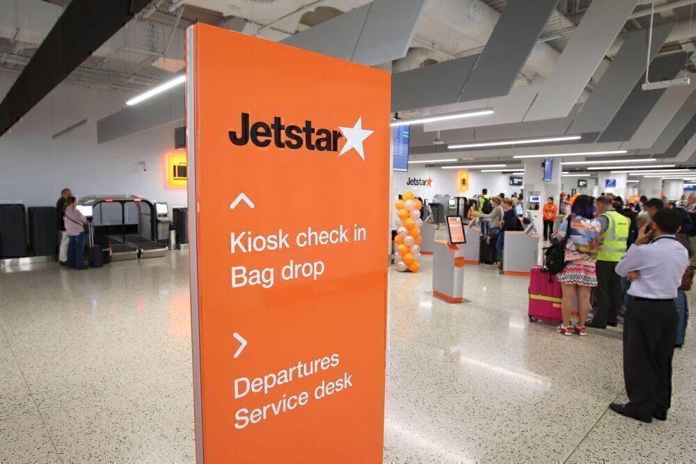 Jetstar-staff-eat-passengers-cherries