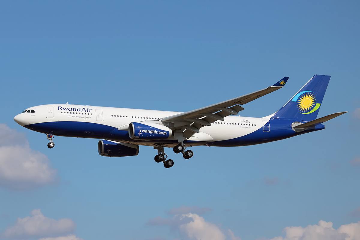 RwandAir_Airbus_A330-243_on_finals_into_Toulouse