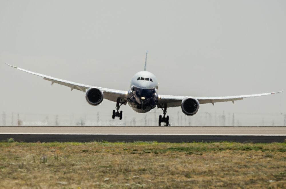 How Do Strong Crosswinds Affect Aircraft Landing?