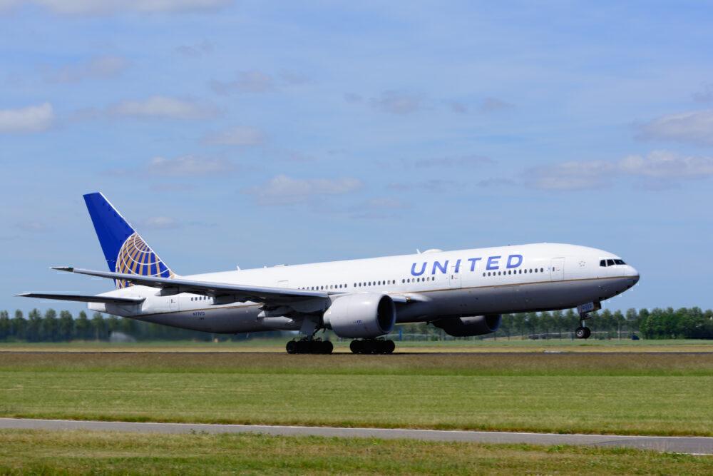 United Boeing 777-200