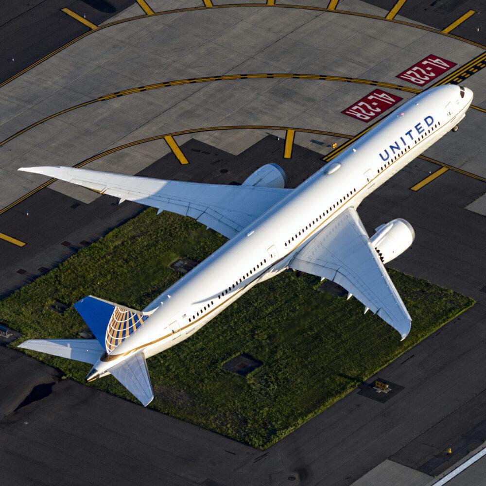 United Airlines Boeing 787-10 Dreamliner N12006