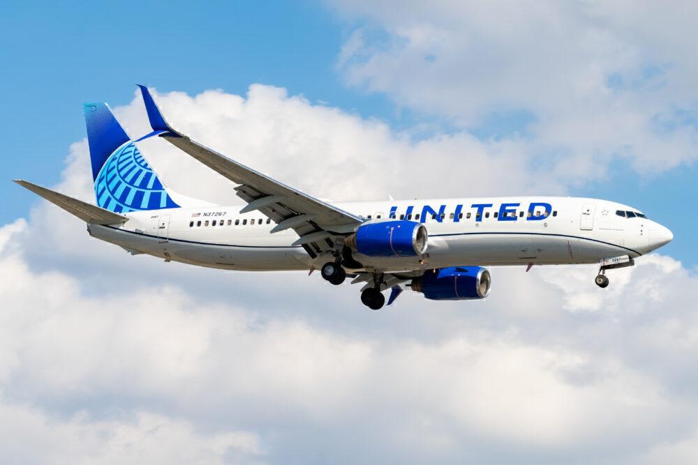 United Airlines Boeing 737-824 N37267