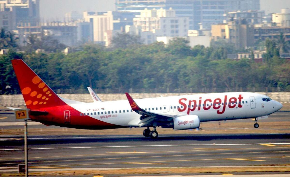 SpiceJet Boeing 737-800 Diverts To Iran With Cracked Windshield