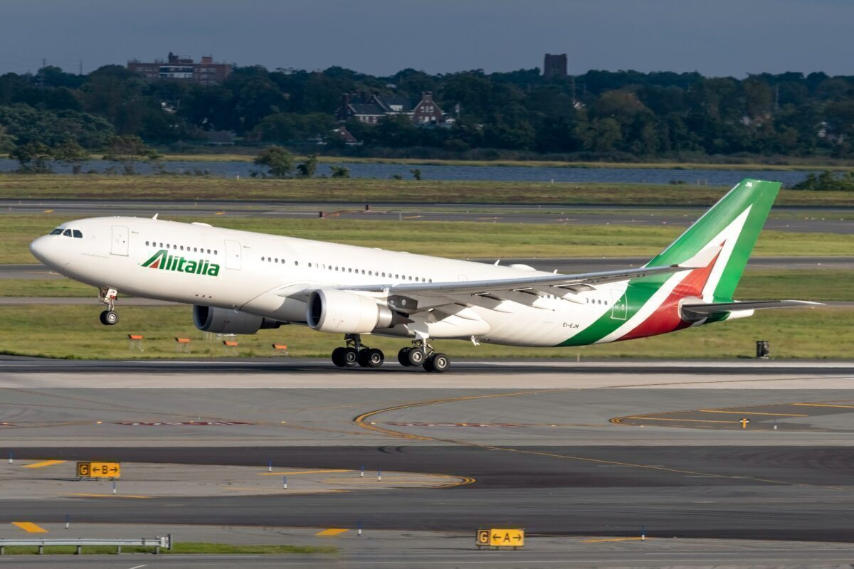 Alitalia Airbus A330-202 EI-EJM (2) (1)