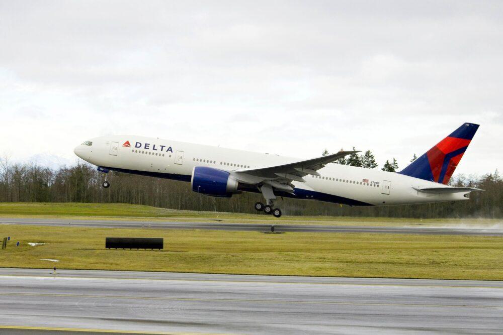 Boeing 777-200LR taking off