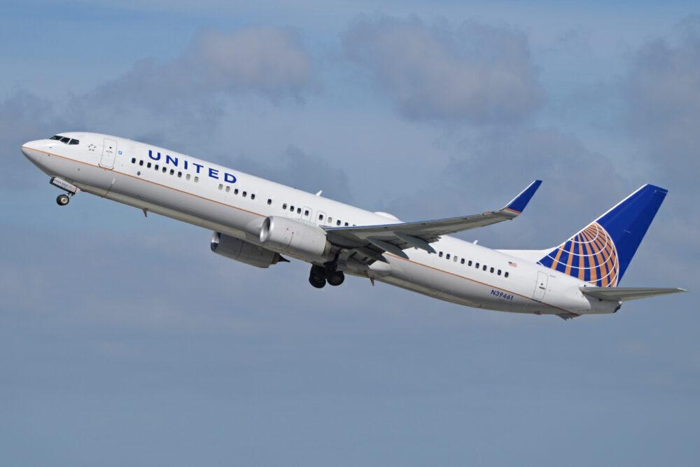 United B737-900