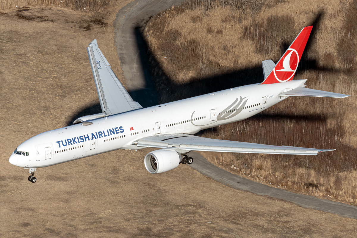 Turkish Airlines Boeing 777 Diverts To JFK Following Windshield Crack