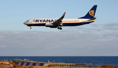 1280px-Ryanair_B737-800_EI-EBC_(4185747228)