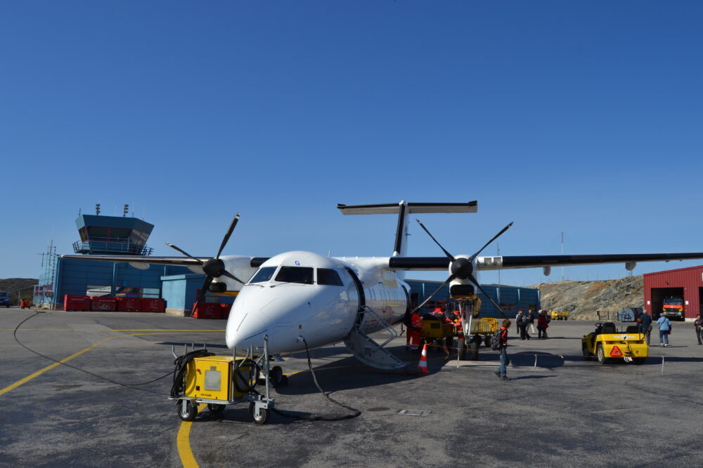 Air_Iceland_DHC-8-200_(TF-JMG)_at_Ilulissat_Airport