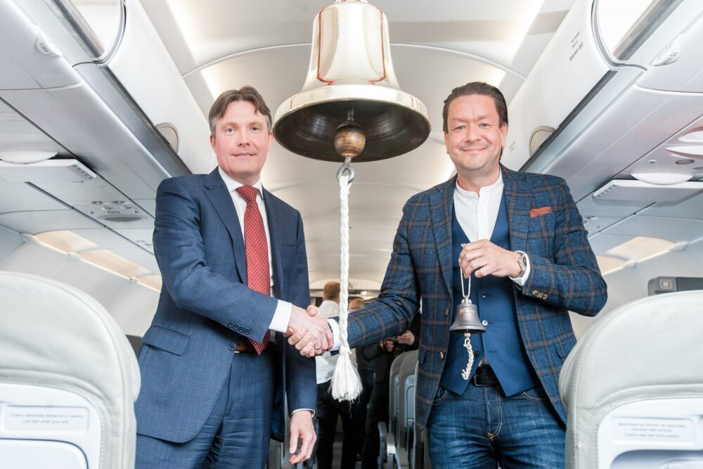 Left to right - Magnus Hardarson, CEO Nasdaq Iceland and Mr. Birgir Jónsson, CEO of PLAY ii