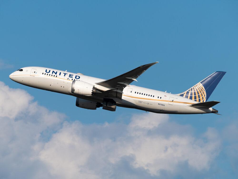 United Airlines Boeing 787-8 Dreamliner N27903 (1)