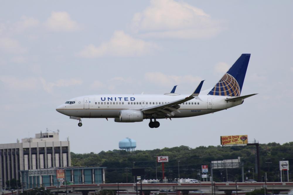 United B 737-700