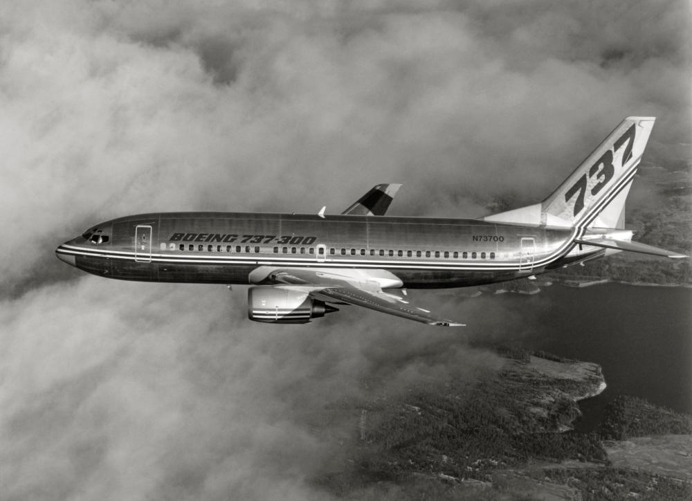Boeing 737-300 flying.