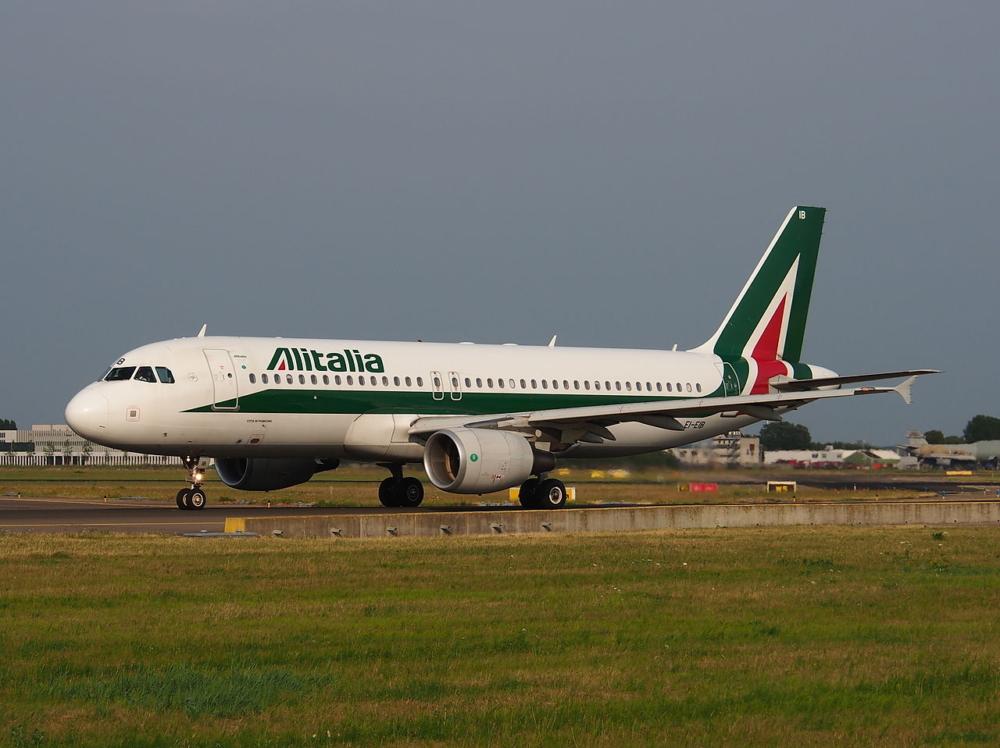 1280px-EI-EIB_Alitalia_Airbus_A320-216_-_cn_4249,_taxiing_22july2013_pic-003