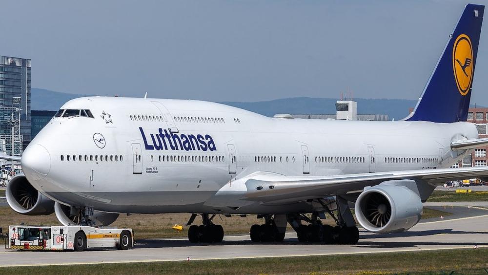 1280px-Lufthansa_Boeing_747-8_(D-ABYN)_at_Frankfurt_Airport_(4)