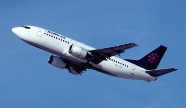 Morris_Air_Boeing_737-3A4;_N677AA,_March_1994_BUW_(5288849004)
